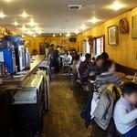 カフェ&バー ブルヴァール - 店内は細長く、奥が広くなっています