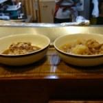24773376 - 大皿料理がカウンターに並んでいます