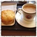 サンマルクカフェ - 焼きたてって出てきたから思わず取ってしまいました。チョット甘くてホッ。 @サンマルクカフェ表参道の朝。