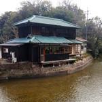 水辺のカフェ 三宅商店 酒津 - 川岸から