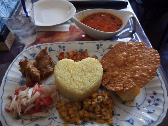 ヘラ味屋 - ヘラ味屋スペシャル\1300。スリランカの家庭料理風盛り付け。カレーを具材にかけながら食べるのが現地風だとか。混ぜて食べればさらに現地風に近くなります