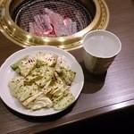 備長炭焼肉 東秀苑 - お通しのタレのかかったキャベツ&赤霧ロック525円(税込)