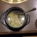 備長炭焼肉 東秀苑 - モヤシスープ346円(税込)