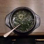 備長炭焼肉 東秀苑 - ワカメスープ346円(税込)