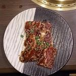 備長炭焼肉 東秀苑 - 骨付カルビ998円(税込)