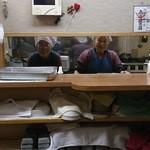 備長炭焼肉 東秀苑 - 厨房の中のおばちゃん二人の笑顔 プライスレス♪