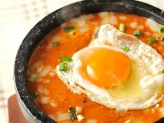 インドダイニングアンドバー サファリ - 石皿に盛られ最後まで熱々をいただける『熱々石焼キーマカレー』