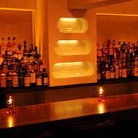 Bar 日向 - 真ん中の棚にはバカラ等のクリスタルグラスが並んでいます。