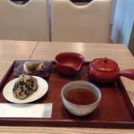 24779139 - ほうじ茶としそひじきと桜餅