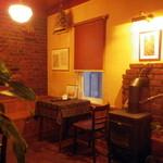 自家焙煎珈琲専門店 B.BROWN - 奥のテーブル席