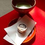 妙心寺山内 退蔵院 - 不作法にお薄をいただき、お菓子をパクりとやります(^^)