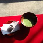 妙心寺山内 退蔵院 - お抹茶 瓢鮎菓子付き 500円 (2014.03現在)
