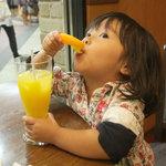 カフェ珈人 - オレンジジュースには生オレンジが付いてきました。