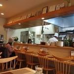 グリル小川 - 厨房とカウンター席