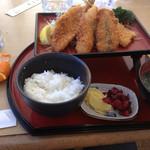 井里絵 - 魚のフライ定食 横にサービスのミカン食べ散らかした後。