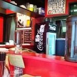 こだわりの麺屋 六本木らーめん - 赤を基調とした店内