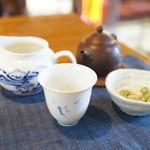 庵ころもち - 中国茶です。器は本格的。