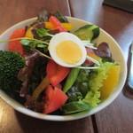 キネマカフェ - 2品目はサラダ、ミニサラダだろうと思ってたらなんと山盛のサラダでした。