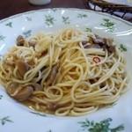 キネマカフェ - メインのパスタは4種きのこの和風ペペロンチーノです。  まいたけ、ぶなしめじ、マッシュルーム、シイタケをふんだんに使った和風パスタです。