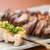 裏秋葉原 - 料理写真:【名物】紅ふじ鶏の炭火焼鳥/山梨や静岡の契約農家から仕入れる「紅ふじ鶏」。ワイン粕を配合した特別な飼料で育てられ、甘味のある柔らかな肉質が特長。朝締めの新鮮なものだけを使用し、「表面はパリッと、なかはフワッと」した焼き上がりを追求している。おすすめは、合鴨を加えてより旨味を濃厚にした「つくね」と「皮」。