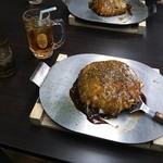 24798436 - テーブルで食べても安心^^ 熱々の鉄板で出てきます!(yoshi的にはありえませんがお皿の選択も可)