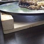 24798511 - 厚さ7~8mmはある鉄板に乗っかって出てくるので、テーブル席でもカウンター同様熱々の状態で食べれます!
