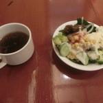 カフェ マ・メゾン - スープとサラダでございます