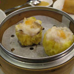 避風塘 - 蟹黄滑燒賣(蟹の卵のせシュウマイ)