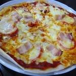 そば処 だんだん - 4人で1皿のそば粉入りピザ