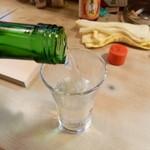 大須亭 - 2014.03 お酒を頼むとお姉さんが最初の1回は注いでくれます:笑