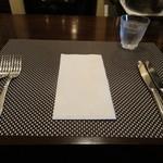 シャンブル・アヴェク・ヴュ - カウンタのテーブルセッティング