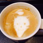 タリーズコーヒー - 少し飲んだら、猫ちゃんのアゴが伸びました(笑)