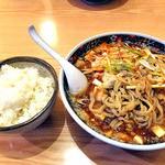 麺屋 忍 - 背脂マーボー麺(玉ねぎトッピング)& ライス