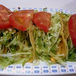 キングタコス - タコス4コ入りです。お皿から、はみ出そうなぐらいなボリュームですよ。