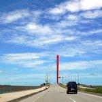 キングタコス - もう少し走ると橋を渡ります。