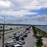 キングタコス - 今、走ってきた沖縄本土方面です。沢山の車が止まってますね。