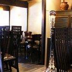 サラム・レギャン - バリ風のこげ茶を基調とした店内