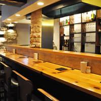 串かつ 丸田 - ジャズの流れる。漆喰の白壁と木目のバランスのとれた清潔な店内。