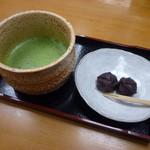 特別名勝兼六園 堤亭 - 「お抹茶 (550円)」、あんころ餅がついてきます