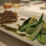 レストラン ヒロミチ - マコガレイのポワレ 穂紫蘇とバジルのソース 契約農家の野菜添え(野菜)