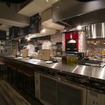 炭火イタリアンバル Azzurro 520+Caffe - カウンター越しのキッチン