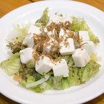 串かつ 丸田 - アッサリと串カツの合間につまんでください。カリカリジャコと豆腐サラダ