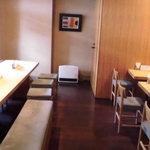 24931916 - 2人掛けのテーブル4卓に6人掛けの長いテーブルのみ BGMも流れない静かな空間