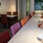 PIZZERIA FAMIGLIA - 広々とした、L字型カウンター、カラフルな椅子が可愛いです