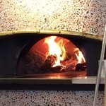 PIZZERIA FAMIGLIA - 火力の強い石窯、数分で焼き上がります