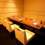串かつ にし川 - 6名様~7名様用の完全個室。片側ソファーのテーブル個室です。おもてなしの席などにご利用ください。