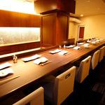 串かつ にし川 - 臨場感あるカウンター席。落ち着いた雰囲気で、ゆったりと串揚げをお楽しみください。