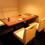 串かつ にし川 - 4名様~5名様用の完全個室。会食や接待などに便利な片側ソファーのテーブル個室。