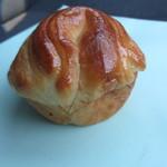 バンテルン - ミルクフレーキ190円、ミルク風味のパンに甘いシロップをトッピングしたパンです。