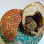バンテルン - 大きな牛肉と野菜がたっぷりの金立の店特製カレーを詰め込んだカレーパンです。